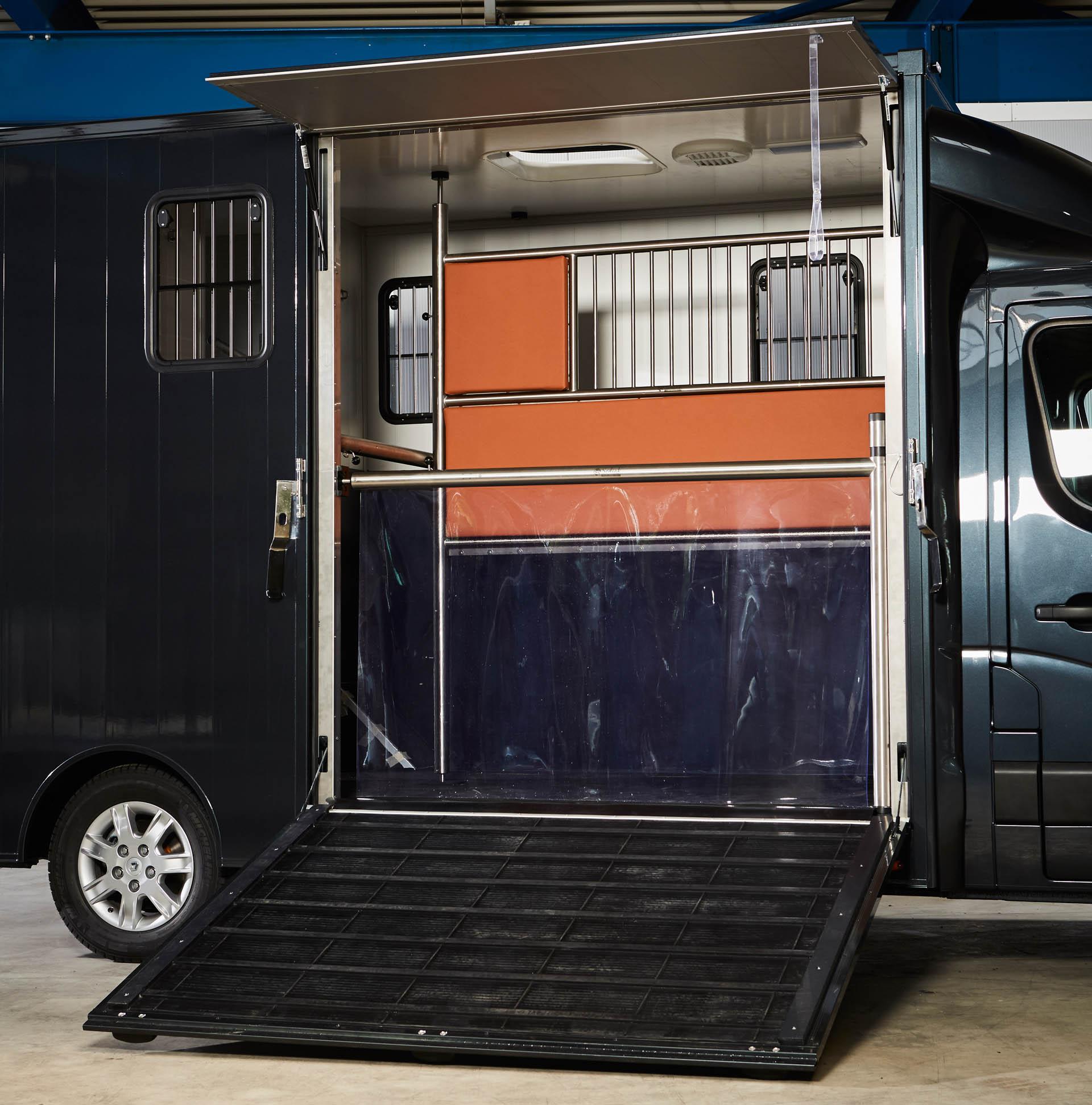 paardenvrachtwagen renault master sodiak voor rijbewijs B hengstenschot zijklep met oplooprubber